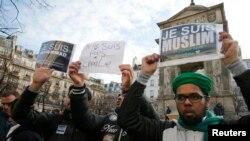 """Jovens franceses muçulmanos erguem cartazes dizendo """"Eu sou muçulmano, eu amo o meu Profeta"""""""