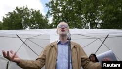 英国反对党工党领导人科尔宾7月2日在伦敦的一次反种族主义集会上讲话。