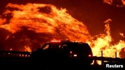 加利福尼亞州洛杉磯以北的野火10月25日借助風力繼續燃燒,對當地民眾造成威脅。