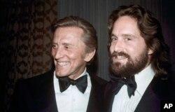کرک داگلاس (راست) پدر «مایکل داگلاس» بازیگر مشهور سینما است.