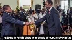 Presidente Filipe Nyusi e o primeiro-ministro Carlos Agostinho do Rosário na tomada de posse do Governo.