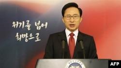 Tổng thống Nam Triều Tiên Lee Myung-bak đọc bài phát biểu được truyền hình trực tiếp trên toàn quốc nhân dịp Năm mới tại Seoul, ngày 2/1/2012