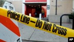 El jefe de la policía de Clovis, Douglas Ford, dijo que el atacante fue detenido sin oponer resistencia y que estaba siendo interrogado. no se ha informado sobre el móvil ni el nombre del detenido.