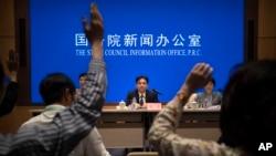 中國國務院港澳辦公室發言人楊光2019年8月6日在北京舉行的記者會上準備回答記者提問題。
