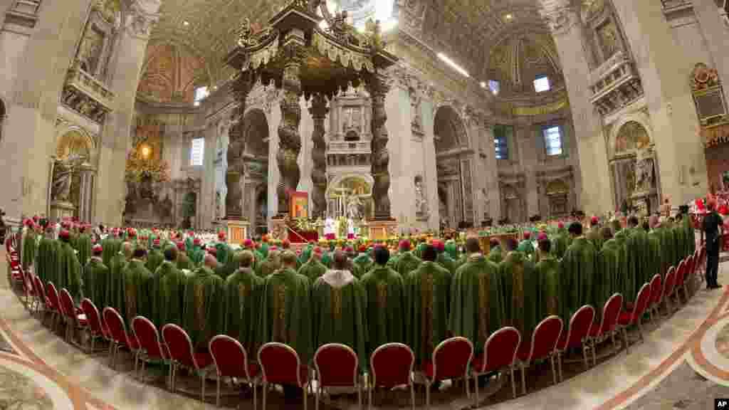 Le pape François célèbre une messe devant les évêques en la basilique Saint-Pierre au Vatican, le dimanche 5 octobre 2014 pour ouvrir le Synode extraordinaire sur la famille. (AP Photo / Alessandra Tarantino)