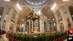 Paus Fransiskus memimpin misa di Basilika Santo Petrus di Vatikan. (AP/Alessandra Tarantino)