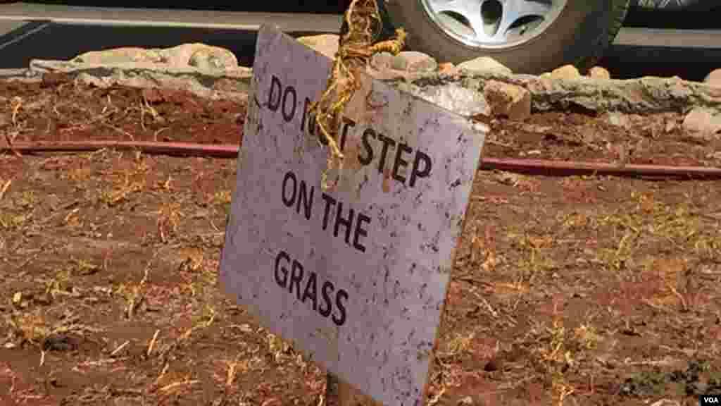 Un panneau planté à côté de l'autoroute Uhuru interdit de marcher sur la pelouse fraichement, le 20 juillet 2015.