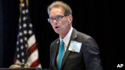 Jeff Kent memimpin salah satu sesi pada pertemuan Komite Nasional Partai Republik, RNC di Nashville, Tennessee (24/8).