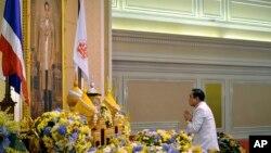 Tướng Prayuth Chan-ocha trước chân dung của Quốc vương Thái Lan Bhumibol Adulyadej sau lễ tuyên đọc một chiếu chỉ của Hoàng gia bổ nhiệm ông làm thủ tướng thứ 29 của vương quốc này.