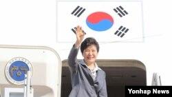 이탈리아 밀라노에서 열리는 아셈회의 참석차 출국하는 박근혜 한국 대통령이 14일 전용기에 오르며 환송객들에게 인사하고 있다.