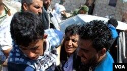 Pengunjuk rasa yang terluka dibawa untuk mendapat perawatan medis. Kerusuhan marak di Yaman selain karena ketidakpuasan pada Presiden Ali Abdulah Saleh, juga akibat serangan militan di negara itu.