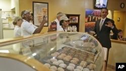 Tampa, Florida'da seçim kampanyası sırasında bir çörekçiyi ziyaret eden Barack Obama