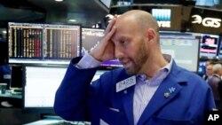 美国纽约证券交易所的一名交易员星期五在工作 (2016年6月24日)