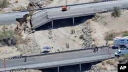Foto aérea del puente colapsado sobre la autopista Interestatal 10. Los carriles de arriba iban en direccion a Phoenix.