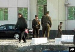N. Korean soldiers guarding the border
