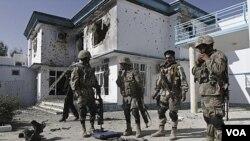Polisi Afghanistan menunjukkan senjata-senjata yang mereka sita dari pihak militan setelah serangan bom bunuh diri, diikuti dengan pertikaian bersenjata antara kelompok militan dan pasukan AS-Afghanistan di gedung UNHCR di Kandahar.