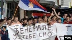Para pendukung Ratko Mladic melakukan protes atas keputusan mengirimkan Mladic ke mahkamah kejahatan perang di Den Haag.