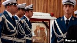Des policiers algériens au garde-à-vous devant la photo du chef de la police nationale Ali Tounsi lors d'une cérémonie pour lui rendre un dernier hommage à l'école de police d'Alger, le 26 février 2010.