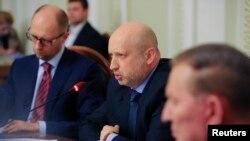 Penjabat Presiden Ukraina Oleksander Turchinov (tengah) dan PM Arseny Yatseniuk (kiri) ikut dalam acara dialog nasional di Kyiv, Rabu (14/5).