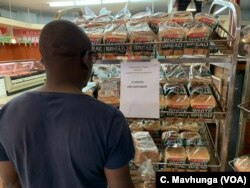 Zimbabweans buying bread are limited to just two loaves as part of efforts to ensure everyone gets some bread since supply is not meeting demand. Picture taken in Harare, Oct. 13, 2018.