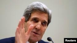 Ngoại trưởng Mỹ John Kerry kêu gọi các dân biểu, nghị sĩ tạm hoãn những nỗ lực nhằm áp dụng những biện pháp chế tài mới và nghiêm nhặt hơn đối với Iran trong khoảng thời gian 6 tháng mà thỏa thuận đã đề ra.