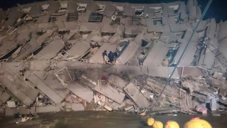 救援人员进入台南市倒向一侧的办公楼。(2016年2月6日)