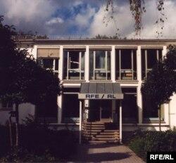 У 1976 році Радіо Вільна Європа і Радіо Свобода були об'єднані в одну корпорацію, штаб-квартиру якої розмістили в Мюнхені у цій будівля, поряд із Англійським парком