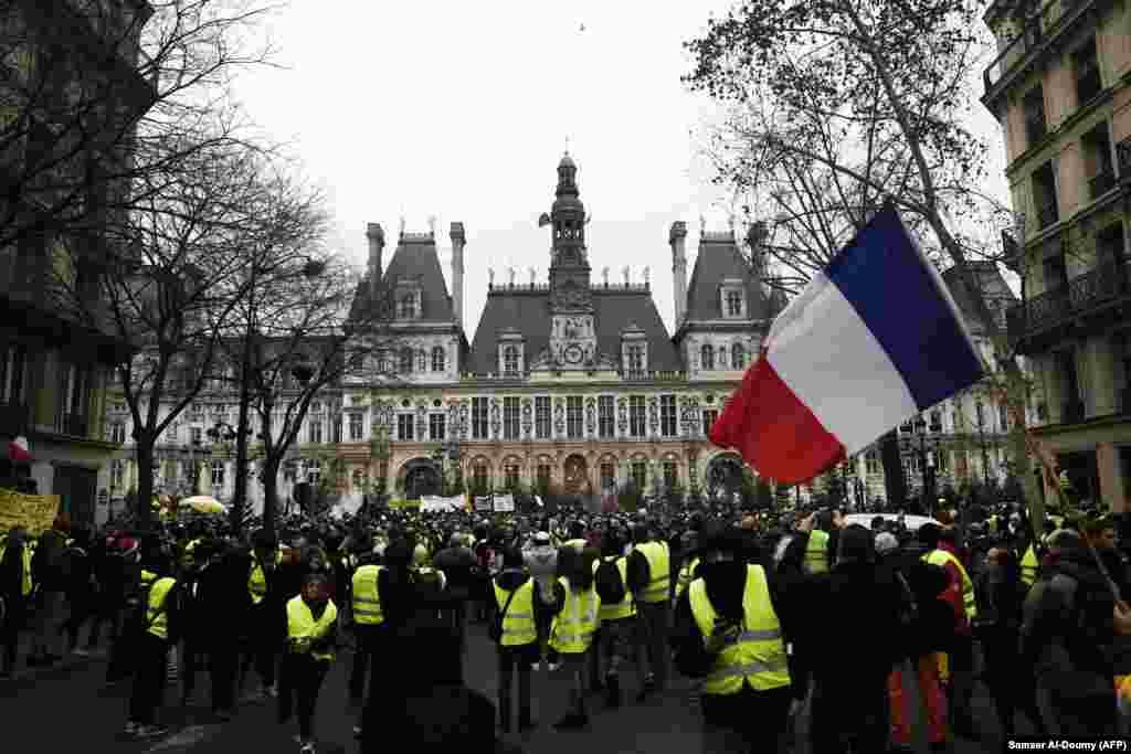 جلیقه زرد ها در فرانسه باز به خیابان آمدند. آنها که به وضعیت اقتصادی انتقاد دارند خواستار کناره گیری ماکرون هستند.