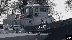 Hư hại trên một trong những con tàu của Ukraine bị Nga bắt giữ trên eo biển Kerch. Nga nói Mỹ đã khích lệ những hành động khiêu khích như vậy của Ukraine khi đưa tàu vào khu vực lãnh hải của họ ở Biển Đen