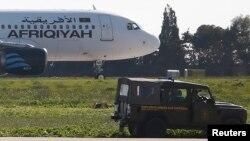 Một chiếc xe quân sự Malta bênh cạnh máy bay Libya bị cướp ở sân bay Malta, 23/12/2016.