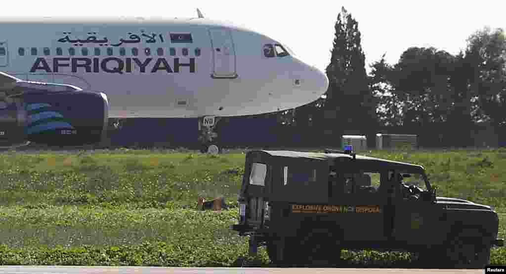 دو هواپیماربا که روز جمعه یک هواپیمای مسافری خطوط هوایی لیبی را با ۱۱۸ سرنشین ربوده و آن را وادار به انحراف مسیر و فرود در کشور مالت کرده بودند، خود را تسلیم نیروهای پلیس کردند.