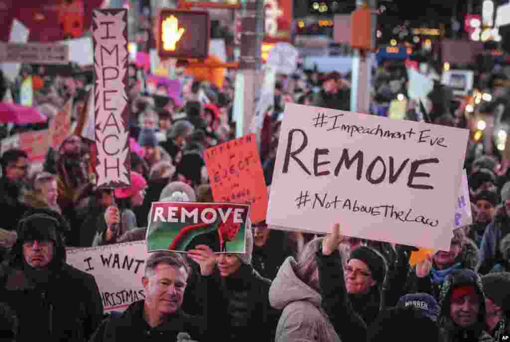 نیو یارک کے مشہور علاقے ٹائمز اسکوائر پر صدر ٹرمپ کے خلاف ریلی کا ایک منظر۔ شرکا نے ان کے مواخذے کے حق میں بینرز اور پلے کارڈز اٹھائے ہوئے ہیں۔