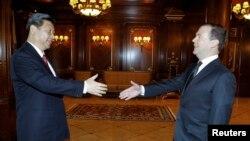 Thủ tướng Nga Dmitry Medvedev (phải) và Chủ tịch Trung Quốc Tập Cận Bình tại một cuộc họp ở Moscow, ngày 23/3/2013.