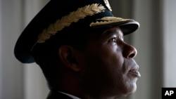 """El general Manuel Cristopher Figuera, exjefe de la temida agencia de inteligencia SEBIN de Venezuela, posa para un retrato en Washington. """"Soy como un soldado que levanta la bandera para señalar la angustia"""", dijo Christopher a The Associated Press."""