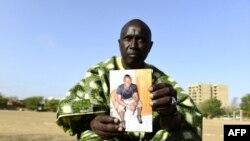Découvreur de talents de football, Jules Boucher, qui a découvert Sadio Mane, montre une photo de l'homme vedette du Sénégal et de Liverpool, le 16 mai 2018.