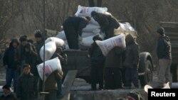 지난 2008년 북한 신의주에서 주민들이 미국에서 지원한 긴급구호 식량을 나르고 있다. (자료사진)