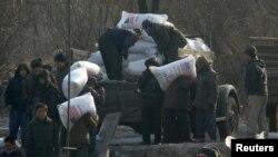 지난 2008년 북한 신의주에서 주민들이 미국에서 지원한 긴급 구호식량을 운반하고 있다. (자료사진)
