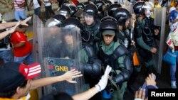 Pasukan keamanan Venezuela bentrok dengan para demonstran anti pemerintah di Caracas (12/4).