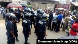 Quartier Logpom à Douala, policiers et militants du MRC, le 26 janvier 2019/ (VOA/Emmanuel Jules Ntap)