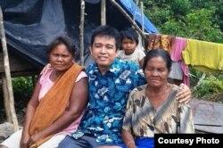 Hempri Suyatna (tengah) dalam kunjungan akademis ke Suku Anak Dalam di Jambi. (Foto: dok pribadi)