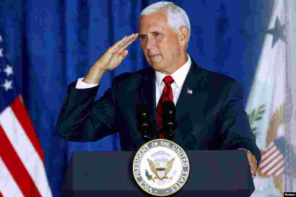 سلام نظامی مایک پنس، معاون رئیس جمهوری آمریکا به نظامیان آمریکایی حاضر در موزه ملی جنگ جهانی دوم در نیواورلئان لوئیزیانا