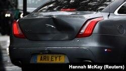 Vozilo u kom se nalazio britanski premijer Boris Džonson nakon udesa (Foto: REUTERS/Hannah McKay)