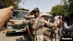 کراچی کی ایک فوجی عدالت کے باہر ایک رینجرز اہل کار میڈیا کو انسداد دہشت گردی کی عدالت کی تصویر لینے سے روک رہا ہے۔ مارچ 2015