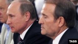 Президент Росії Володимир Путін (ліворуч) та лідер громадського руху «Український вибір» Віктор Медведчук, Київ, 27 липня 2013 року
