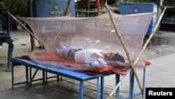 Cư dân nằm ngủ trong một buổi sáng mùa hè nóng bức tại Allahabad, ngày 1/6/2015. Nhiệt độ ở Allahabad vào thứ hai dự kiến sẽ lên tới 47 độ C (116.6 độ F).