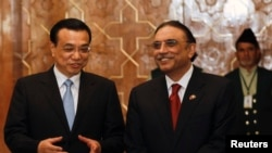 中国总理李克强(左)与巴基斯坦总统扎尔达理(右)去年在巴基斯坦总统府的协议签字仪式上。