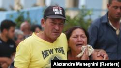 Familiares de víctimas del avión Boeing 737 que se estrelló después de despegar del aeropuerto principal de La Habana ayer, llegan a un hotel en La Habana, Cuba, el 19 de mayo de 2018. REUTERS / Alexandre Meneghini