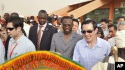 Luc Adolphe Tiao, alors premier ministre du Faso, accompagne le président taïwanais Ma Ying-jeou à Ziniaré au Burkina (archives).
