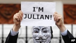 Pristalica Džulijana Asanža ispred ekvadorske ambasade u Londonu