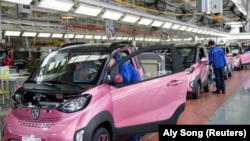Empleados inspeccionan autos eléctricos Baojun E100 en una planta de ensamblaje operada por General Motors Co y sus socios locales en Liuzhou, China, 27 de diciembre de 2017. Imagen de archivo.
